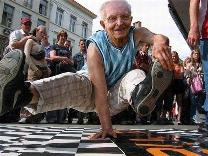 Фотоприкол бесплатно брейк данс, дед, на руке, старик, стойка