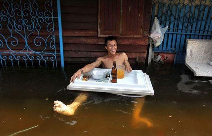 Фото прикол в воде, обед, потоп, стол