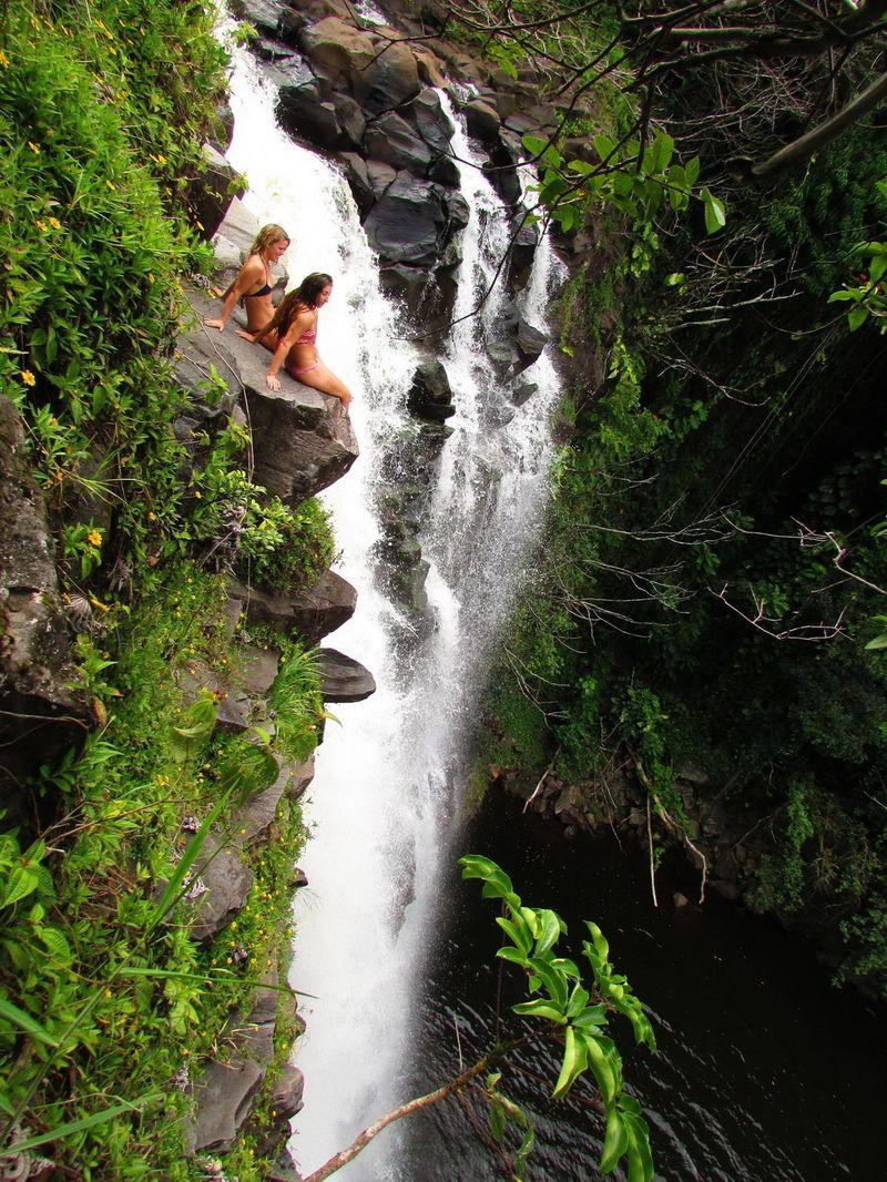 Прикол бикини, водопад, девушки, скала
