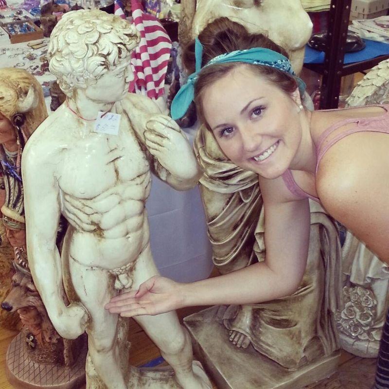 Красивые фото девушка, держит, рука, статуя