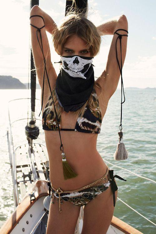 Юмор в бикини, красивая девушка, маска, яхта