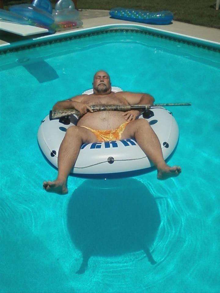 Прикольные фото бассейн, мужик, оружие, отдыхает