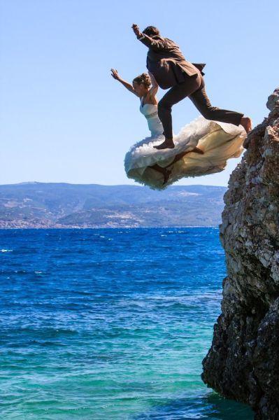 Шикарное фото в воду, прыжок, свадьба, со скалы