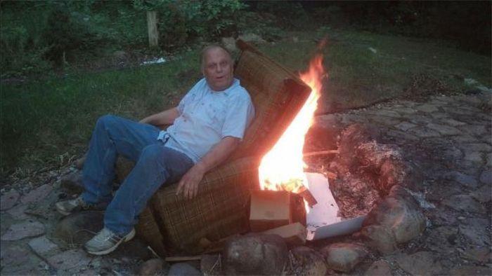 Юмор горит, диван, мужик, сидит