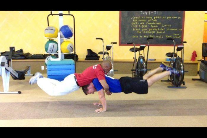 Фотоприкол онлайн акробатика, гимнастика, мужики, равновесие