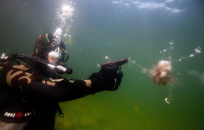 Прикол выстрел, пистолет, под водой