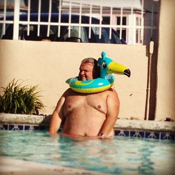 Прикольные фото бассейн, круг, прикол, толстый