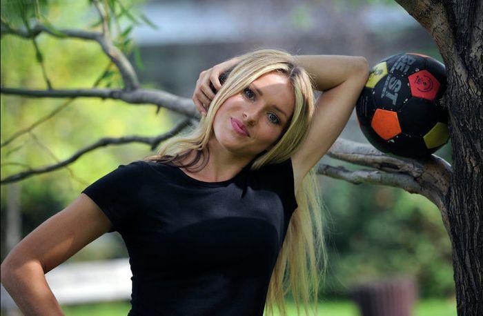 девушка тренер,  футбол