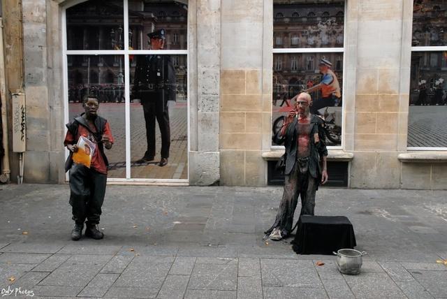 Дивный попрошайка в Париже (7 фото)