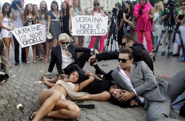 В Киеве студентки вузов переоделись проститутками и устроили акцию протеста