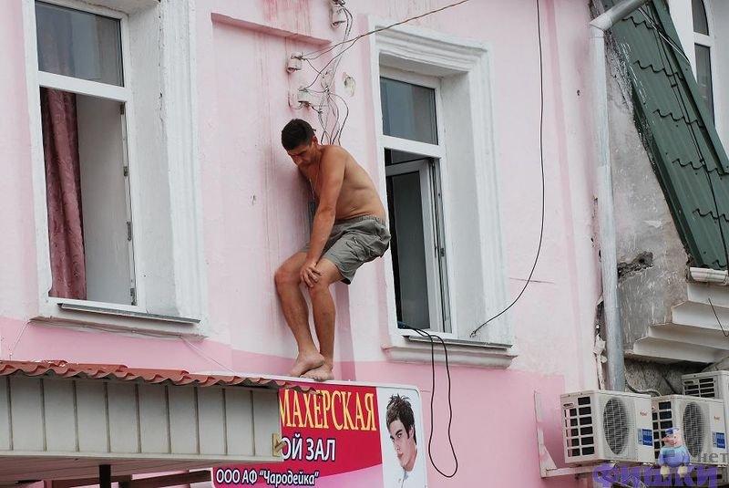 картинки мужик ангел лезет в окно карьеру свою