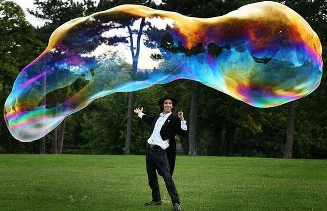 Гигантские мыльные пузыри (13 фото)