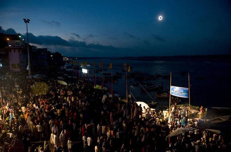 Тысячи людей собрались вдоль реки Ганг в индийском городке Варанаси, чтобы посмотреть на полное солнечное затмение, которое произошло 22 июля. Темный диск луны, полностью закрывший солнце, окружен тонким ореолом солнечной короны. (Pedro Ugarte/AFP - Getty Images)