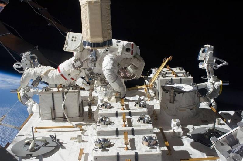 Астронавт шаттла «Endeavour» Том Маршберн работает на платформе международной космической станции во время полета в космос 27 июля. Команда корабля «Endeavour» устанавливает последний фрагмент японской орбитальной лаборатории во время своей 16-дневной миссии. 13 астронавтов и космонавтов собрались в комплексе станции, установив рекорд самого большого скопления людей в космосе. (NASA)