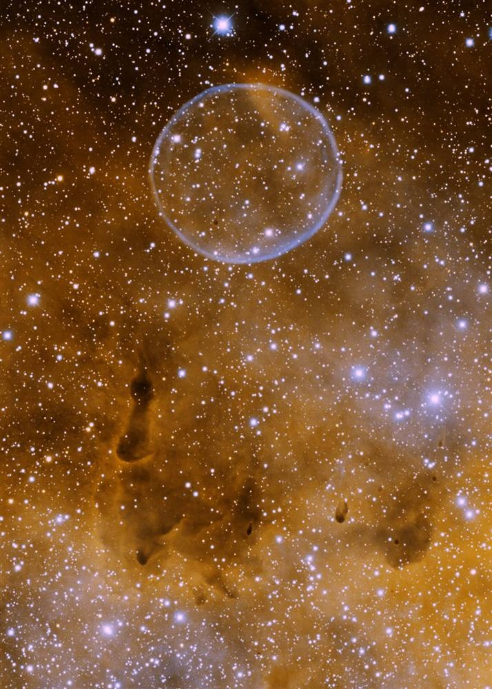 Известная под неофициальным названием «туманность мыльного пузыря», эта планетарная туманность в созвездии Лебедя (официально известная как PN G75.5.7) была открыта астрономом-любителем Дейвом Юрасевичем в 2008 году. Этот снимок был сделан с помощью 4-метрового телескопа 19 июня 2009 года. (Univ. of Alaska-Anchorage/WIYN/NOAO/AURA/NSF)
