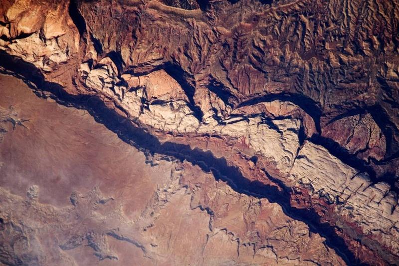 Снимок, сделанный 14 июня с международной космической станции, демонстрирует часть впадины Колорадского плато, известного под названием «Waterpocket Fold». Впадина представляет собой геологическое образование, состоящее из слоев осадочных пород с пологим односторонним изгибом, похожим на ковровую дорожку на ступеньках. (NASA)