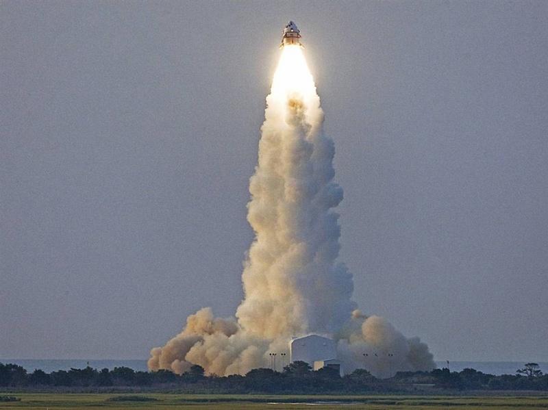 Модуль NASA Max Launch Abort System (MLAS) поднимается на колонне пламени и облаков 8 июля во время пробного запуска в космическом агентстве Wallops Flight Facility в Вирджинии. MLAS представляет собой альтернативный модуль, находящийся в стадии изучения, так как NASA продумывает все пути защиты будущих астронавтов в экстренных ситуациях при запуске. (NASA)