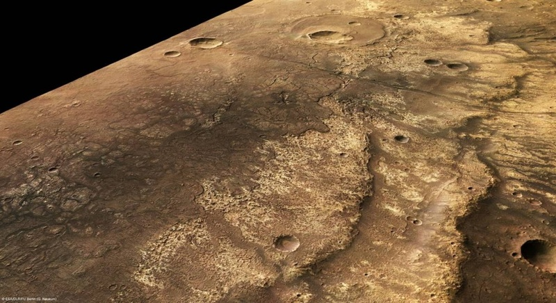 Этот снимок, сделанный со станции Европа и выпущенный 24 июля, показывает в перспективе один из крупнейших каньонов Красной Планеты. Каньон Ma'adim Vallis имеет кратеры, потоки лавы и тектонические особенности. Этот перспективных обзор был сделан с помощью данных стерео камеры высокого разрешения. (ESA/DLR/FU Berlin (G. Neukum)