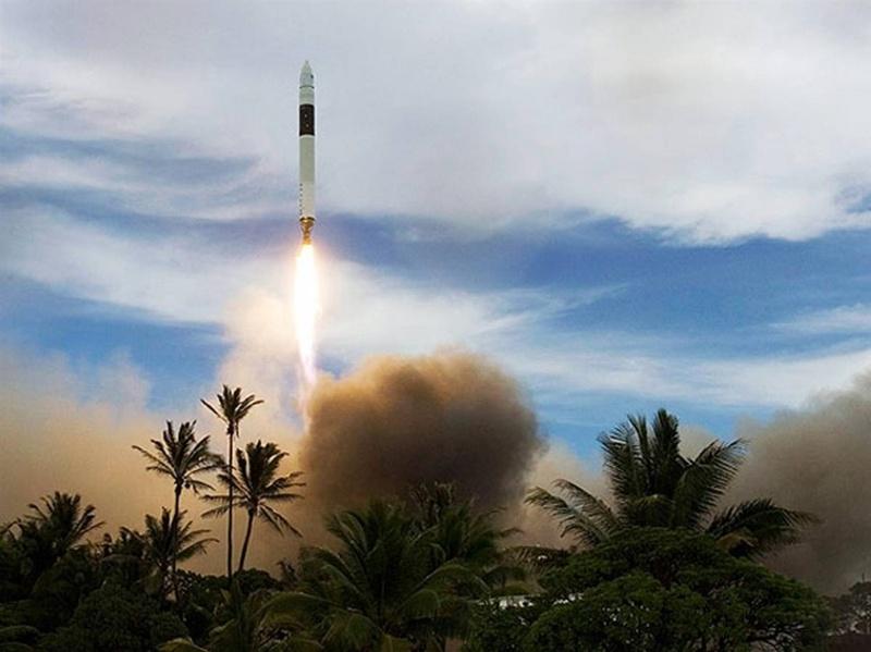 Ракета SpaceX Falcon 1 поднимается в воздух с острова в Тихом океане 14 июля, унося с собой в космос Малазийский спутник RazakSAT. Этот запуск стал первым успешным для компании SpaceX (Калифорния), которая смогла выгрузить на орбиту свой научный груз. Компания SpaceX была основана миллионером Элоном Маском для легкого доступа в космос. (SpaceX)