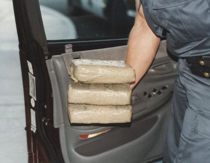 Клад наркотиков в автомобиле (14 фото)