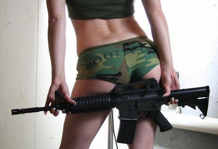 Девушки с оружием (фото) .
