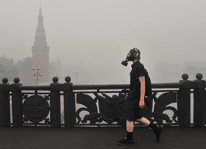 Москва начала новую рабочую неделю в дыму (28 фото)