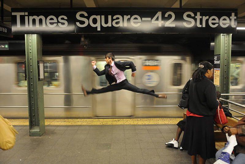 Стараясь осветить танец в обычной повседневной ситуации – будь то в метро на 42-ой улице или в Музее естествознания – Джордан хочет, чтобы фотографии выглядели органично. «Через драму фотографии я хотел объяснить, как бы танцор отреагировал на дождь или повел себя в магазине «Apple» или бы просто выпил кофе». На фото: Джеффри Смит у поезда номер 2. (JORDAN MATTER PHOTOGRAPHY / BARCROFT USA)