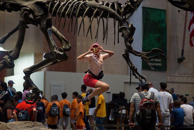 Фотографируя танцоров в обычных ситуациях, команда Джордана наткнулась на некоторые проблемы «В музее естествознания охранник попросил нас прекратить». На фото: Элис Дрю в Музее естественной истории. (JORDAN MATTER PHOTOGRAPHY / BARCROFT USA)