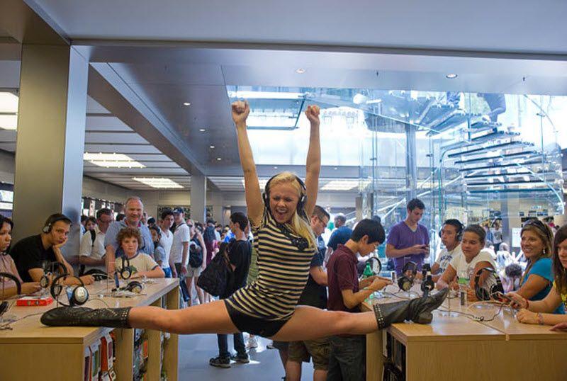 «В магазине «Apple Store» у нас было 30 секунд, прежде чем охрана вежливо попросила нас покинуть помещение». На фото: Тенеалле Фаррагер в магазине «Apple Store». (JORDAN MATTER PHOTOGRAPHY / BARCROFT USA)