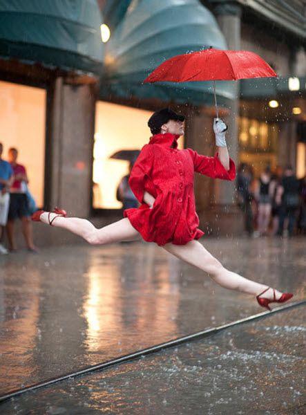 Джордан может сделать до 100 снимков, прежде чем получит желанный кадр. «Чтобы получить этот кадр девушки, танцующей под дождем у магазина «Macy's», мне потребовалось 96 кадров. Она прыгала на каблуках на мокрой поверхности, а это было нелегко». На фото: Аннмария Маццини у магазина «Macy's». (JORDAN MATTER PHOTOGRAPHY / BARCROFT USA)