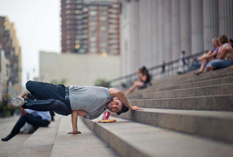 Для своего следующего снимка Джордан планирует пробраться на Нью-йоркскую биржу. «Я хочу сфотографировать танцора в пиджаке, который будет прыгать, в то же время решая важные дела по телефону». На фото: Иван Де Леон на ступеньках почтового отделения 34. (JORDAN MATTER PHOTOGRAPHY / BARCROFT USA)