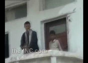 Араб стреляет из автомата с балкона