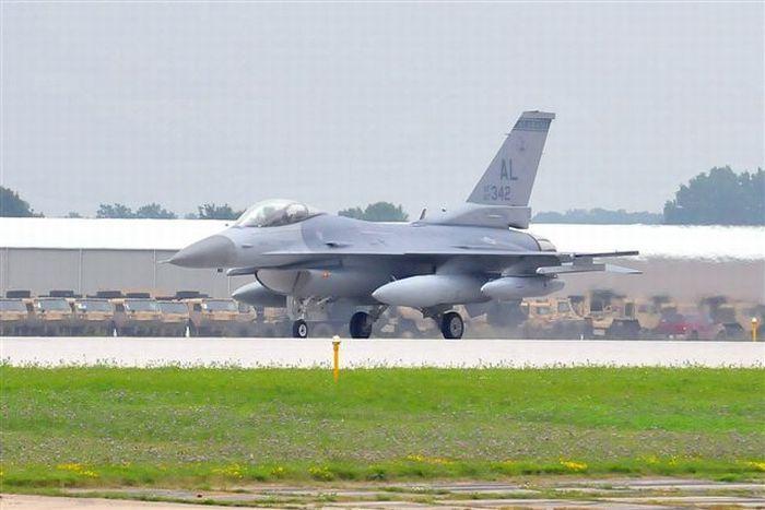 Самолет F-16 совершил экстремальную посадку (24 фото)