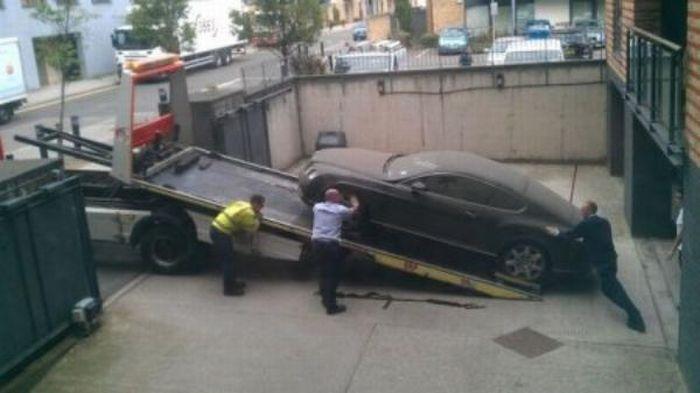 Брошенный и никому не нужный Bentley (4 фото)