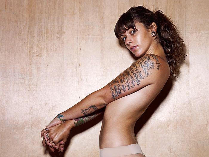 Классные татуировки на красивых девушках (13 фото)