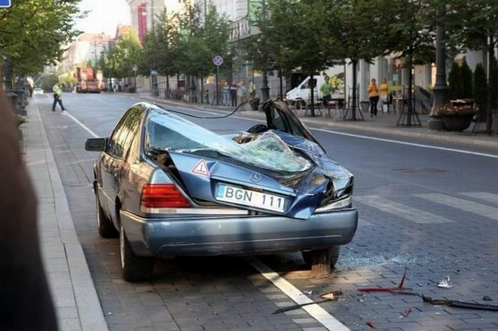 Мэр Вильнюса борется с неправильной парковкой БТРом (4 фото + видео)