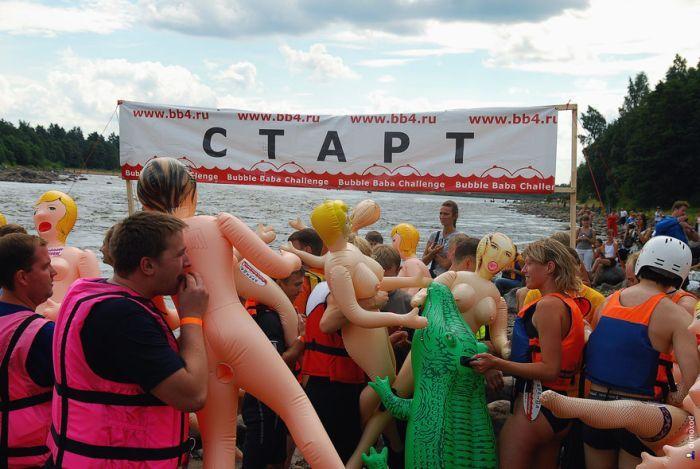 Недалеко от Санкт-Петербурга прошел ежегодный заплыв на резиновых секс.
