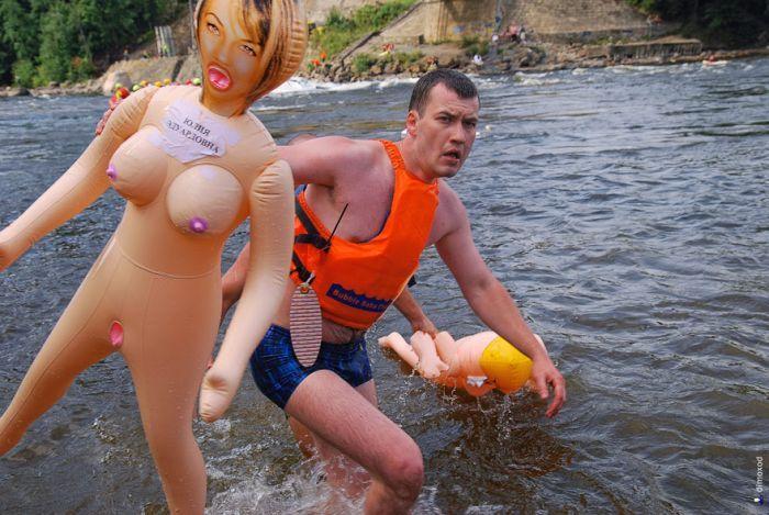 Испытай резиновую бабу на прочность. Bubble Baba Challenge 2011 (45 фото)