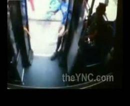Чернокожие парни обстреляли автобус