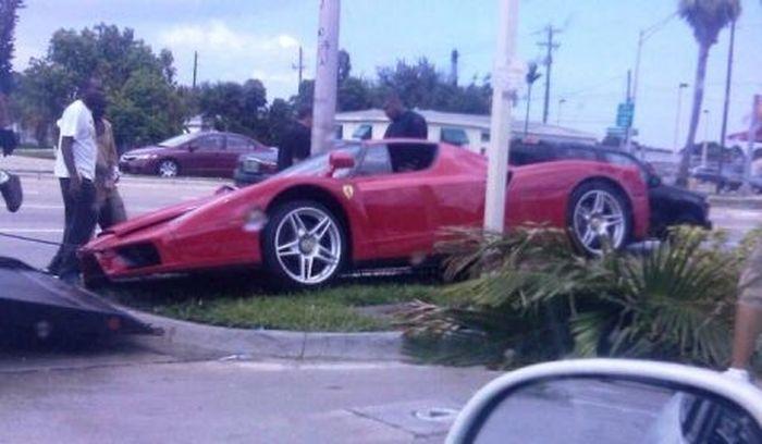 В Америке разбили Ferrari Enzo - одну из 399 выпущенных (2 фото)