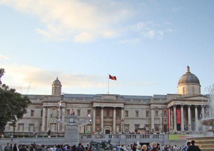 Голая девушка на площади в Лондоне (7 фото)