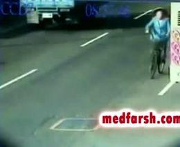 Женщина-велосипедистка попала под грузовик