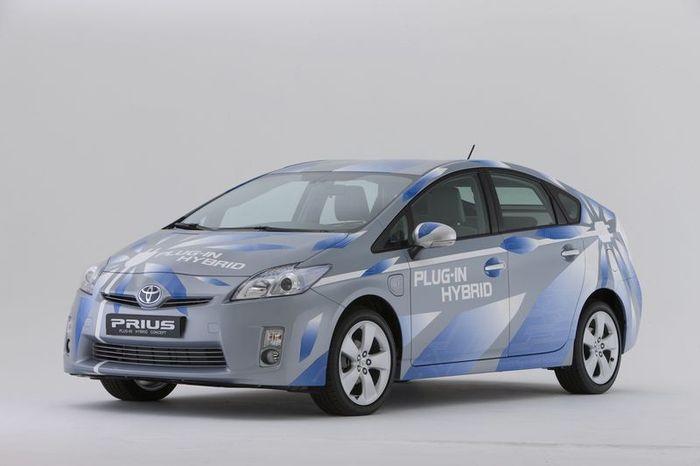 Новый Prius Plug-in можно заряжать от розетки (13 фото)