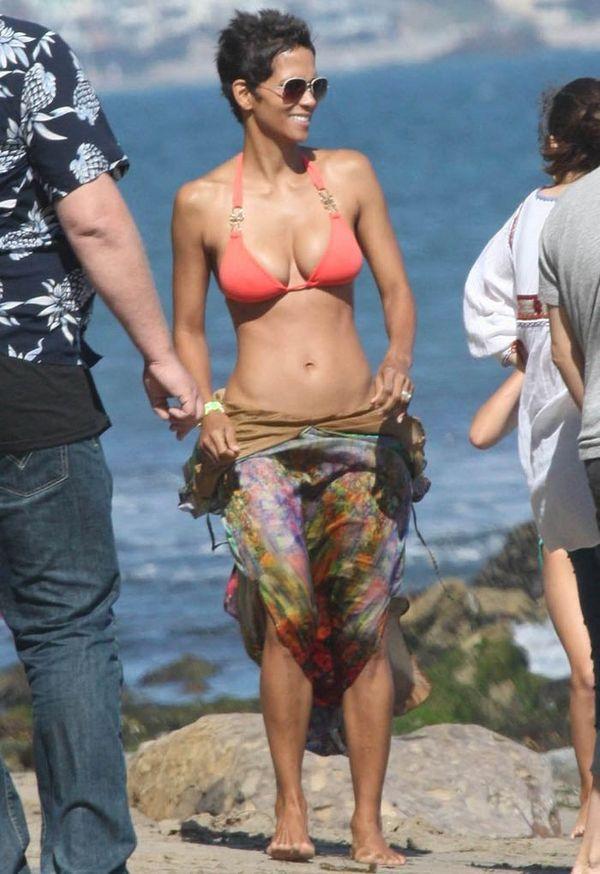 Холли Берри в бикини (9 Фото)