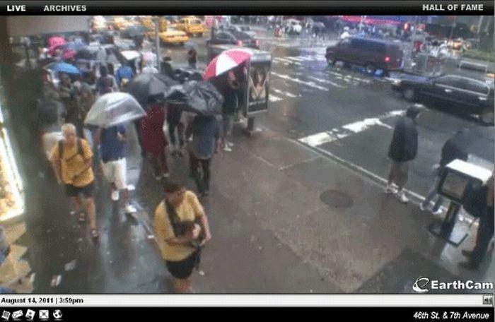 Одинаковые люди идущие по Таймс Сквер, Нью-Йорк (9 фото)