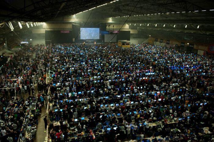 Огромный компьютерный клуб (3 фото) (3 фото)