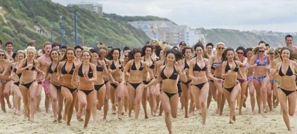 Толпа девушек в бикини плескаясь в душе, установили мировой рекорд (4 фото)