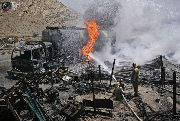 Подборка горящих бензовозов в Афганистане (29 фото)
