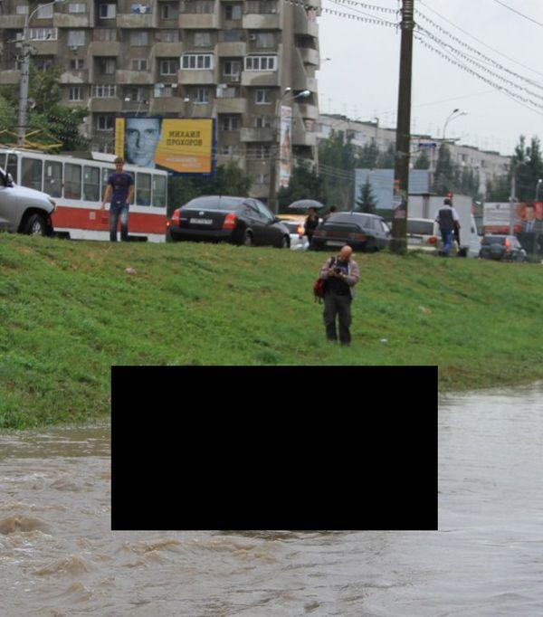Автомобиль утонул вместе с водителем (3 фото)