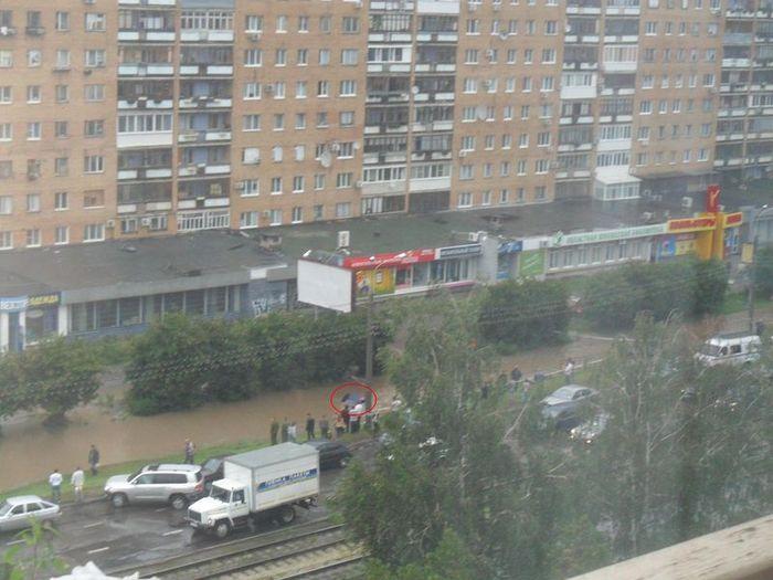 Водители тонут на российских дорогах (2 фото)